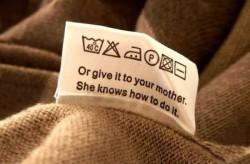 Tak sangka, ternyata ada pesan singkat dan kocak di label baju!