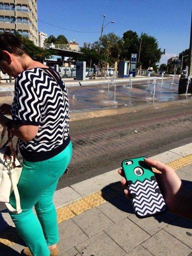 Seorang ibu-ibu yang mengenakan baju dan celana yang sama persis polanya dengan casing ponsel. Jangan-jangan desainer casing itu terinspirasi dengan baju ibu ini ya, atau malah sebaliknya?