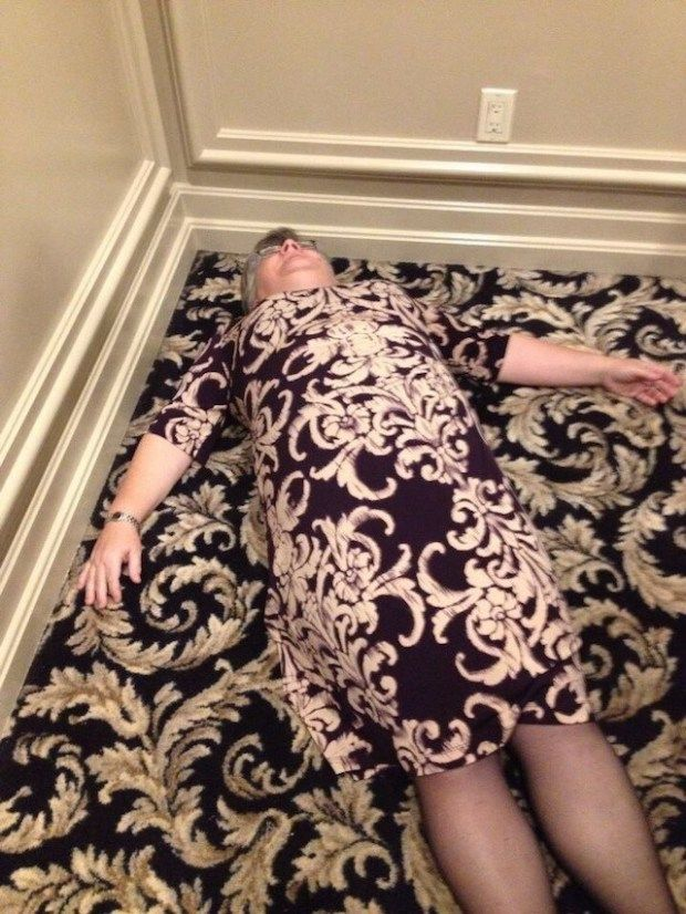 Lho ngapain rebahan nek? OOhh..ternyata nenek ini menyamakan daster yang ia kenakan dengan karpet rumahnya. Seperti kamuflase ya..