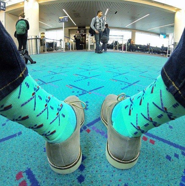 Kaos kaki ini benar-benar mirip dengan karpet yang ada di bandara. Apa benda-benda ini dibuat satu pabrik dengan berbagai jenis benda ya Pulsker..hehehe