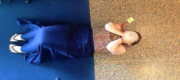 Lho, yang ini bisa pas banget baju yang dipakai mirip dengan lantai dan rok birunya mirip dengan karpernya..ajaib!