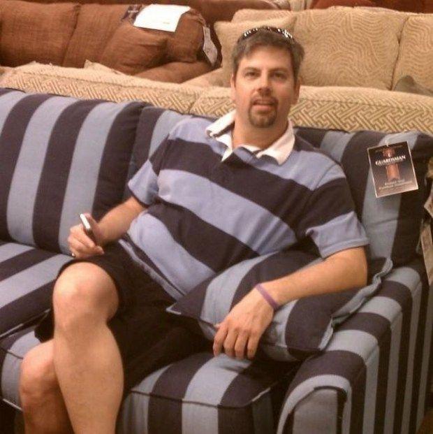 Baju yang mirip banget dengan kursi yang ada di toko. Dan kejadian ini benar-benar kebetulan lho Pulsker.