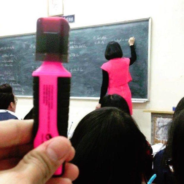 Nah lho, dosen didepan kelas bajunya mirip banget sama stabillo warna pink ini.