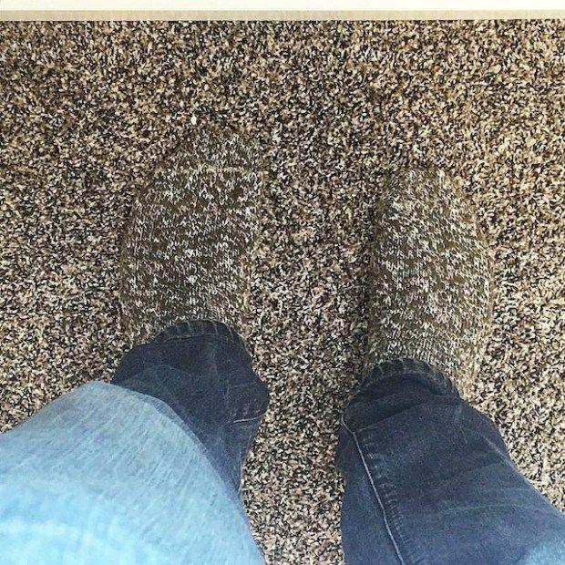 Seperti orang yang nggak punya kaki ya padahal ini kaos kakinya yang mirip banget sama karpert.