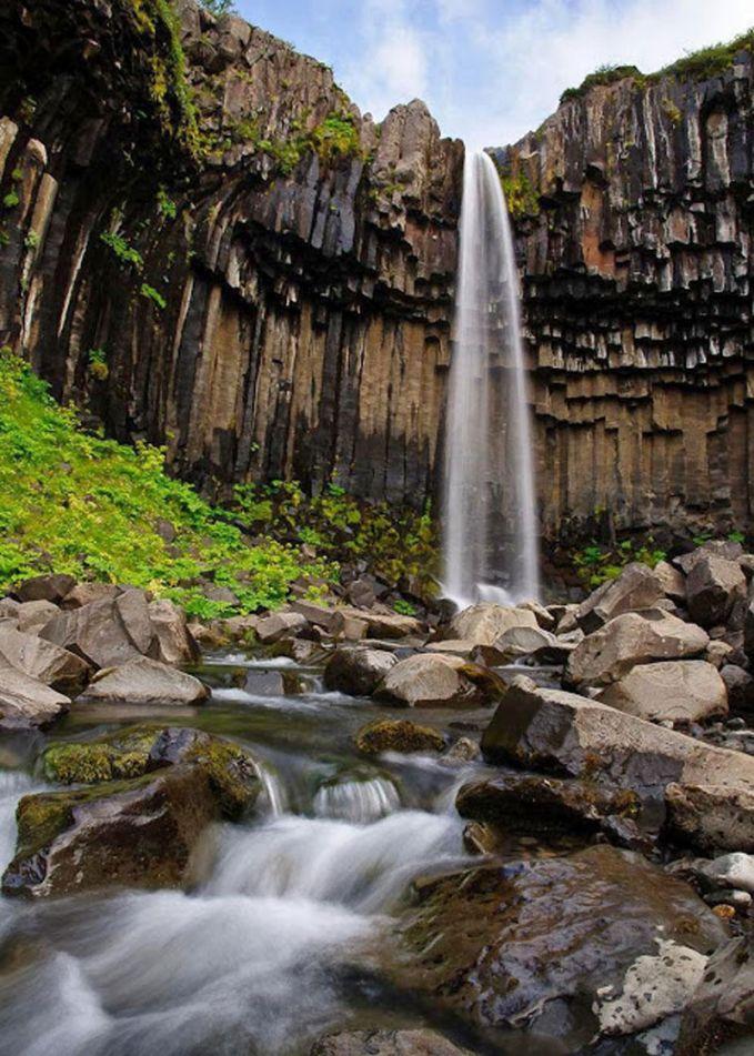 Air Terjun Svartifoss Di Taman Nasional Skaftafell, di wilayah timur Islandia ada Air Terjun Svartifoss. Namanya diterjemahkan ke bahasa Inggris sebagai Black Fall dan itu adalah air terjun sangat yang megah. Bebatuan di sana sebagian besar berbentuk geometris