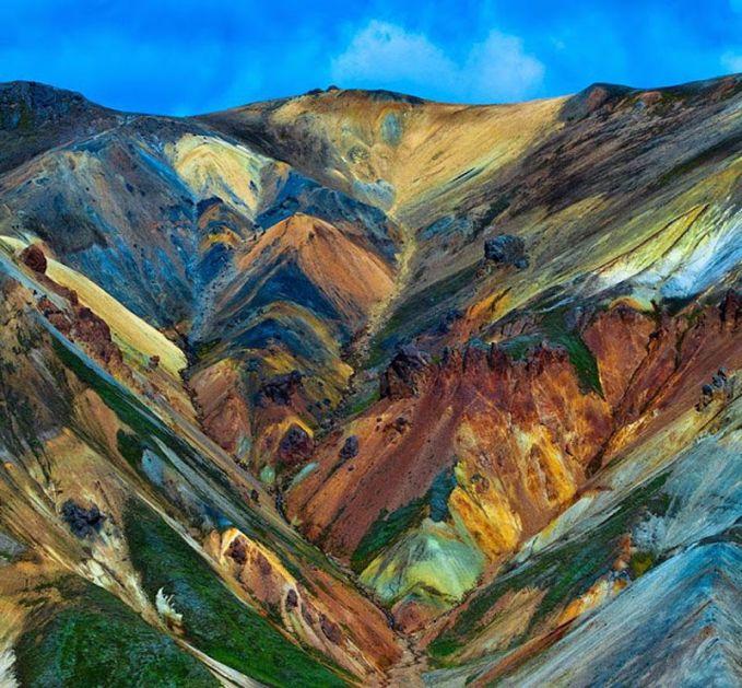 Pegunungan Penuh Warna Landmannalaugar Wilayah Landmannalaugar merupakan tujuan populer di Islandia, tempat mendaki yang sangat recommended. Ini juga merupakan pegunungan penuh warna riolit yang memiliki susunan warna yang fantastis termasuk pink, hijau, kuning, ungu, hitam, coklat, dan putih.