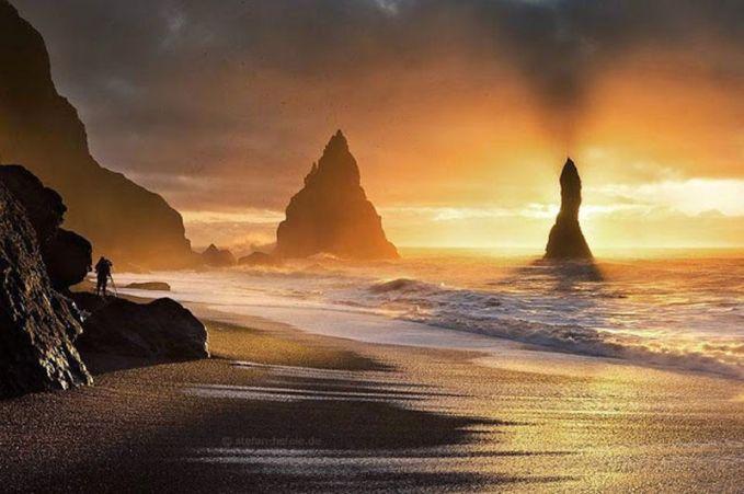 Pantai yang Cantik Walaupun Islandia tidak memiliki langit cerah yang disinari matahari sepanjang siang, tapi pantai yang ada disana tidak kalah indah dibandingkan tempat lain. Pantai di sana memiliki pasir hitam dan bebatuan yang dikelilingi gua basalt.