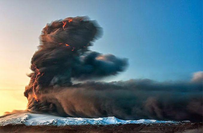 Gunung Berapi Aktif Ya, Islandia memiliki beberapa gunung berapi aktif di seluruh negeri. Tapi jangan khawatir, banyak yang belum meletus selama beberapa tahun. Plus, kamu juga bisa menikamti pemandangan gunung berapi ini di sana.