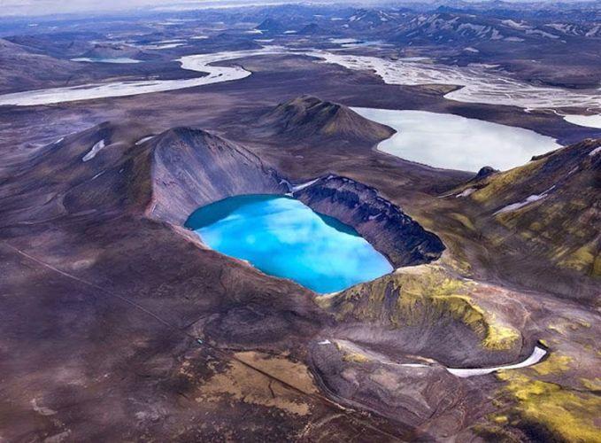 Danau Vulkanik Crater Di beberapa gunung berapi Islandia, terutama di zona vulkanik Barat, danau telah terbentuk di kawah. Danau ini tampak benar-benar menakjubkan, terutama ketika mereka memiliki warna biru terang seperti ini!