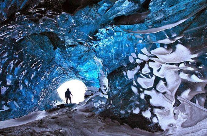 Goa Es Kadang-kadang juga disebut gua kristal, Islandia memiliki beberapa gua es yang terbentuk di tepi gletser. Bagian dalam dari gua ini benar-benar mempesona.