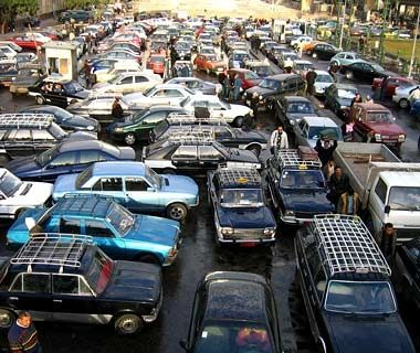 banyak banget emang penyebab kenapa kemacetan bisa terjadi, salah satunya adalah, pada gak mau ngalah! kayak yang terjadi di india gini nih