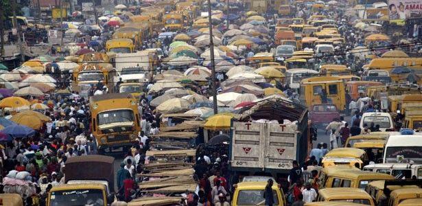 kalo ini terjadi di india, truk, mobil, dan orang jalan numplek jadi satu!