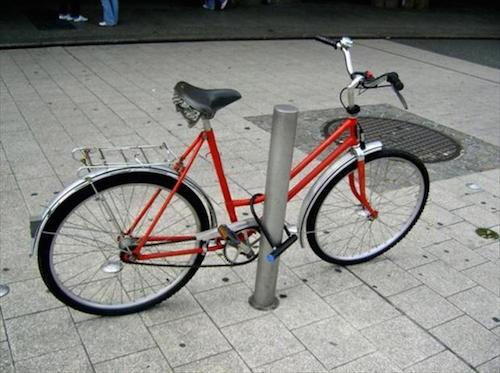 jadi penasaran, pikiran orang-orang yang ngunci sepedanya macem begini gimana yak..