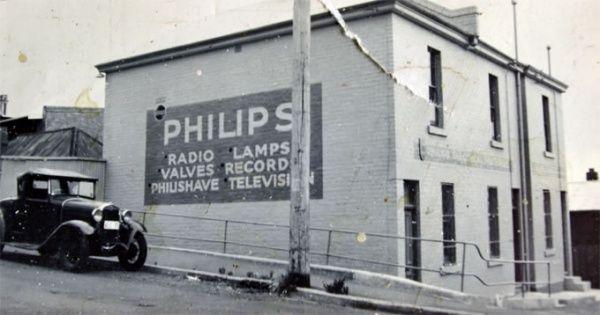 Philips Pada 1930, Philips & Co memproduksi lampu bolham dan penerima radio. Terbukti mereka tetap memproduksinya hingga sekrang.