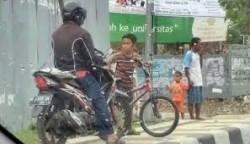 Kisah Daffa, Bocah Pemberani Yang Hadang Motor di Trotoar