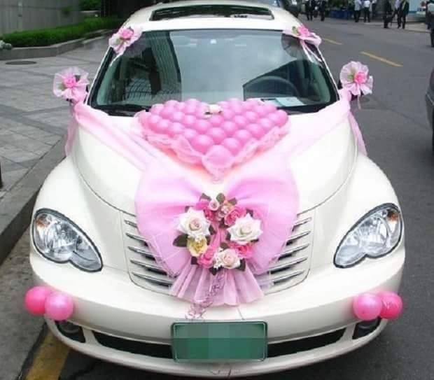 #2 MINIMALISDekorasi mobil pengantin ini terlihat sederhana dan minimalis.Hiasan berwarna pink cukup cocok jika dipasangkan dengan warna mobil putih.