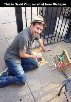 Amazing street Art Orang ini namanya David Zinn, Dia membuat jalanan yg biasa menjadi terlihat lebih indah dengan kapurnya.