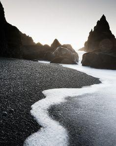 Pasir Pantai Hitam Yang Gak Kalah Indahnya Dengan Pasir Pantai Putih!