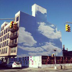 Indah Banget! Pantulan Bayangan Awan Di Gedung Bangunan Yang Ternyata adalah Lukisan!