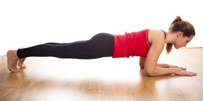 Plank Plank adalah latihan statis yang berarti kamu tidak perlu bergerak saat melakukannya. Untuk tahu posisinya, kamu cukup mengikuti contoh pada gambar yaitu menopang badan dengan kekuatan siku, lengan dan kaki. Hal penting yang harus diingat adalah punggungmu harus lurus sempurna. Tapi jika ada kamu merasa kesulitan menjaga keseimbangan tubuh, berarti ada yang salah dengan posisimu. Posisi ini akan membuat otot-ototmu bekerja seperti ABS (Abdomens atau otot perut), lengan otot, punggung, dan otot paha anterior.