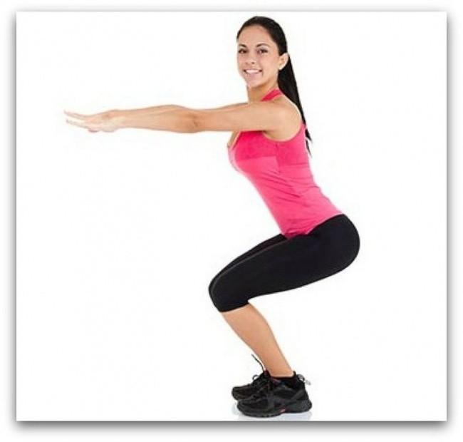 Squats Posisi squat adalah tentang keseimbangan tubuh. Letakkan kaki selebar bahumu, kemudian mulailah berjongkok seolah perlahan-lahan duduk di kursi imajiner rendah. lutut dan kaki harus membentuk garis lurus. Cobalah untuk menarik punggungmu sejauh yang kamu bisa. Kamu juga dapat membantu menjaga keseimbangan dengan meregangkan lengan seperti yang ditunjukkan pada gambar. Ketika posisi turun, mulai mendorong diri selambat mungkin.