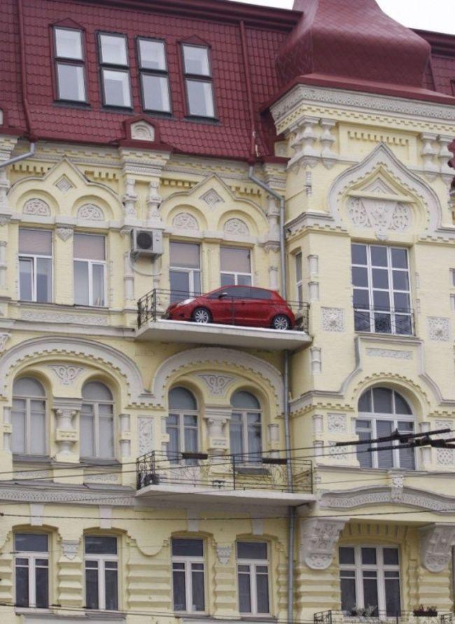 Kalau dilihat dari bentuk bangunannya, gedung ini lebih dari 3 lantai Pulsker. Tapi lihat deh, di lantai paling atas ada sebuah mobil sedan yang parkir..kok bisa ya? padahal di sana nggak kelihatan kalau ada pintu lho!