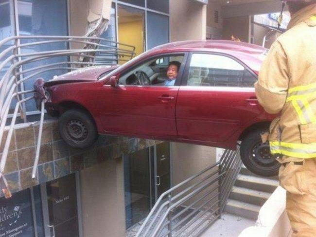 Makin lama makin ngawur aja kliklinker, ini ada lagi mobil yang tersesat di sebuah pusat perbelanjaan. Parahnya lagi masih ada orang di dalamnya lho!