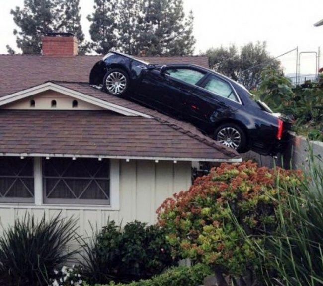 Tadi di mall, sekarang di atas atap..yang nyangkut mobil mewah lagi Pulsker, sayang banget ya!!