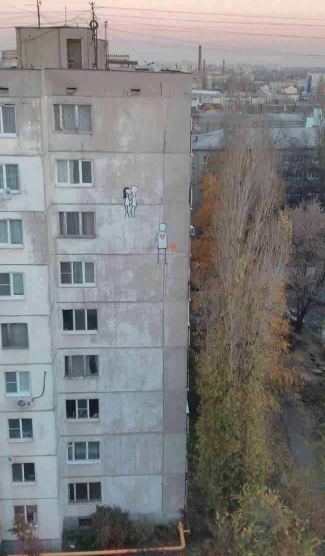Ada dua buah lukisan dinding di atas gedung tinggi. Pertanyaannya, gimana caranya bisa melukis lukisan dinding itu ya? Mungkin pakai tangga Pulsker.