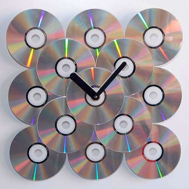 nah, kalo yang males potong-potong cd, bisa langsung ditempelin bentuk jam dinding!