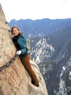 10 Gambar Lintasan Hiking Atau Mendaki Gunung Paling Menegangkan dan Menyeramkan!
