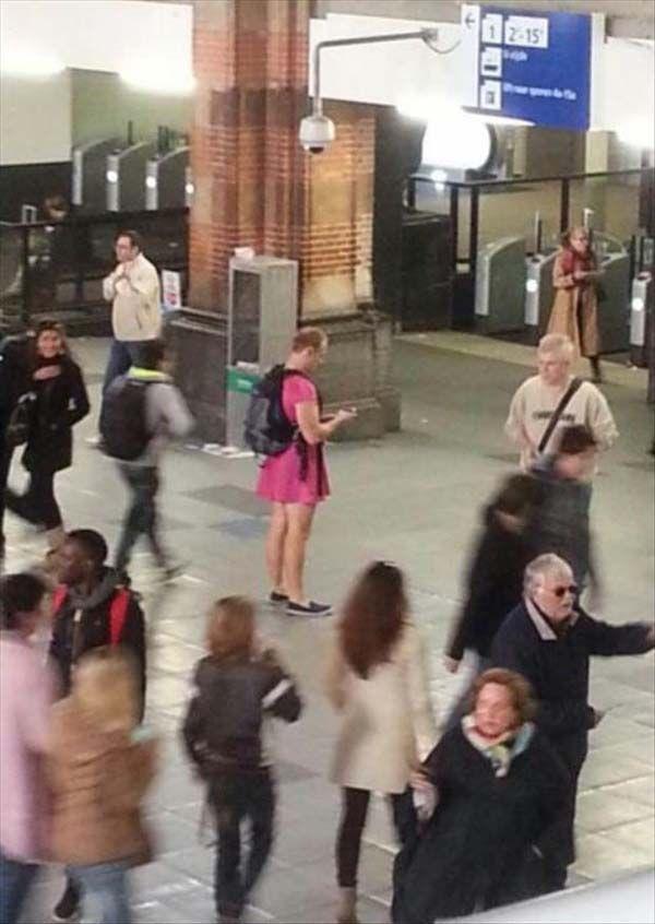 tuh salah satu yang ketangkep kamera di salah satu stasiun, mas-mas dengan dress unyu warna pink!