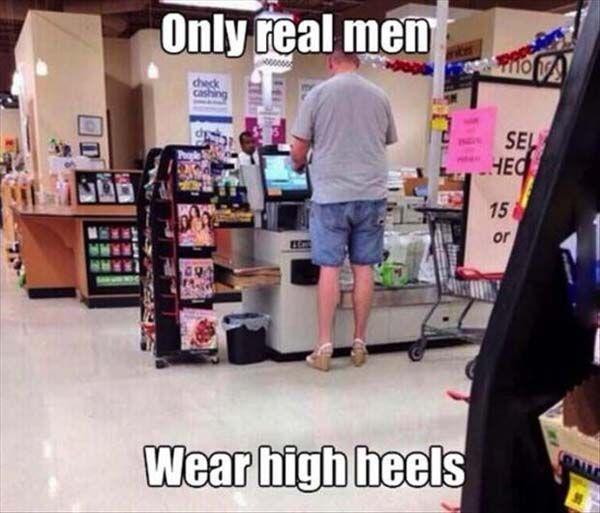 kalo ini bapak-bapak yang dengan pd nya mengenakan sepatu heels, mungkin salah pake sepatu yak,,