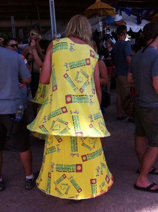 mungkin doi nemu spanduk bekas baliho gak kepake lalu dibikin baju dress yak, nice idea!