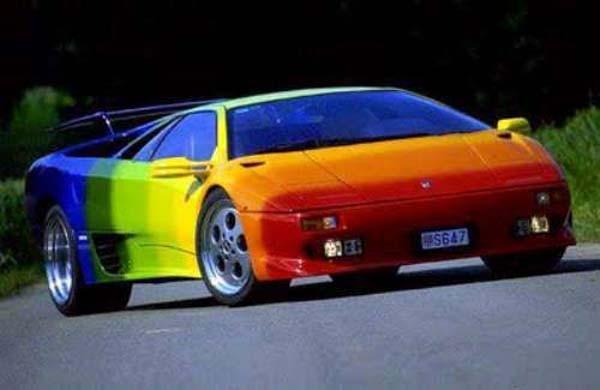 siapa bilang kalo punya mobil super macem lambo harus kelihatan elegan? ceria juga bisa kok..