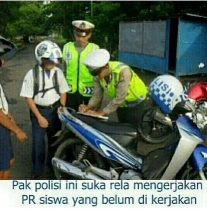 Pas anak SMP kena tilang polisi karena belum memiliki surat-surat berkendara yang lengkap, ini pun bisa jadi meme seolah-olah polisi sedang membantu mengerjakan PR mereka..ckckckc