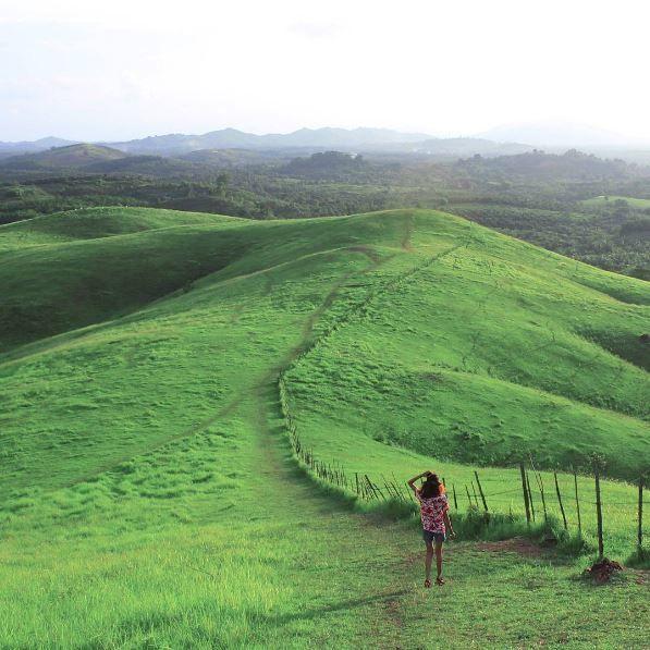 2. Bukit Rimpi, Kota Pelaihari, Kalimantan Selatan Keliatan banget dari foto ini kalau di bukit ini menjulang luas padang yang hijau sama persis seperti taman teletubbies. Pengen deh kesana!!