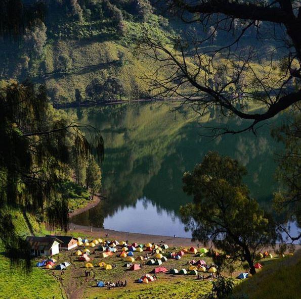 Ranu Kumbolo, Gunung Semeru, Jawa Timur Pada musim pendakian di Danau Ranu Kumbolo kamu akan melihat dan menemukan banyak sekali pendaki yang sedang mendirikan tenda berwarna-warni disana. Sejenak kamu akan melupakan hiruk pikuk perkotaan dan masalah hidup yang kamu alami Pulsker.