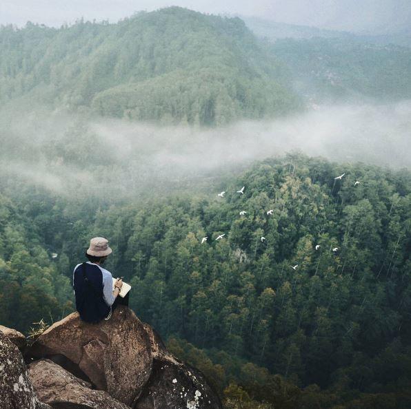 9. Tebing Keraton, Dago Pakar Bandung, Jawa Barat Dari ketinggian tebing ini kamu akan merasakan suasana yang beda. Hamparan hijau dan kabut putih yang menyelimuti bukit akan membuatmu lebih rileks dan tenang.