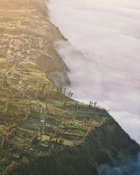 11. Sunrise di Desa Cemoro Lawang, Taman Nasional Bromo Tengger Semeru, Jawa Timur Selain Gunung Bromo di Taman Nasionalnya yang terletak di perbatasan Lumajang dan Malang kamu akan menemukan puncak yang sering dijuluki Negeri di Atas Awan karena di sana benar-benar serasa berada di negeri awan yang putih. Rsakan juga melihat Golden Sunrise di pagi hari.