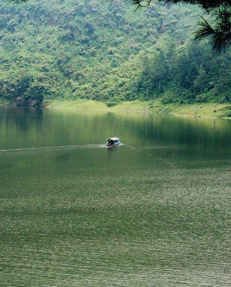12. Telaga Menjer, desa Maron, Wonosobo, Jawa Tengah Wonosobo adalah kabupaten dengan dataran tinggi yang dingin. Tidak dipungkiri jika di sini banyak gunung yang akan kamu lihat seperti Gunung Sindoro dan Gunung Sumbing, selain itu ada juga Telaga Menjer yang dikelilingi bukit yang hijau cantik.