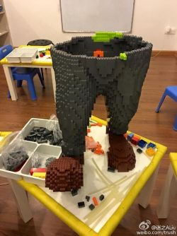 Seorang master menghabiskan waktu 2 bulan untuk bikin karya LEGO ini, tapi malah dihancurkan dalam waktu 1 hari oleh si bocah bermata empat.