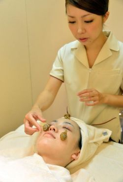 Metode Perawatan Wajah Terbaru dan Paling Nyeleneh! Perawatan Wajah Dengan Keong/Siput!