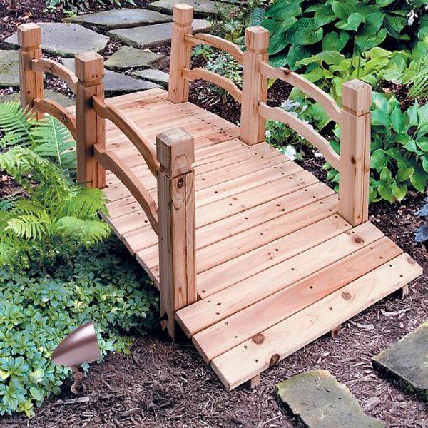 material dari kayu emang jadi favorit ya karena menimbulkan kesan yang kalem dan cocok untuk diletakkan di taman