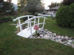 10 Desain Unik Jembatan Mini Untuk Menghias Taman Rumah!