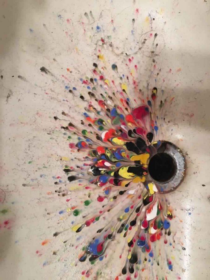 Wastafel ini tiba-tiba jadi sebuah kanvas indah dengan warna-warni acrylic diatasnya. Berharap warnanya nggak mengalir ke lubang pembuangan deh!