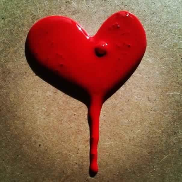 Tumpahan cat merah yang tidak disengaja ini malah jadi bentuk hati. Bisa gitu ya Pulsker..