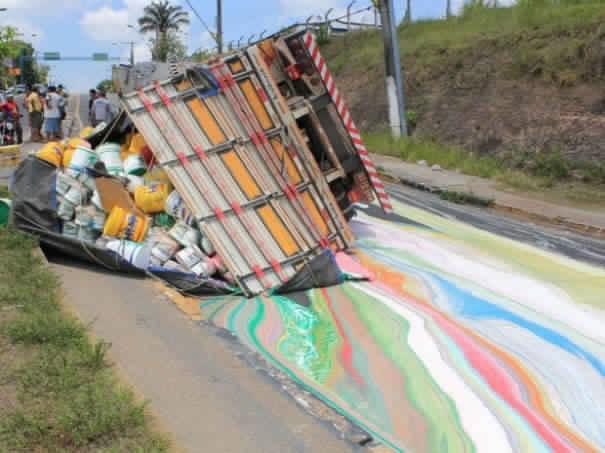Saat ada truk yang membawa puluhan galon cat kecelakaan. Jalan yang ketumpahan cat menjadi sebuah kanvas dengan warna yang mengagumkan di atasnya.