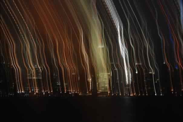 Kesalahan long exposure dalam foto ini malah membuat Kota New York tampil beda seperti ada garis yang turun dari langit..WOW!