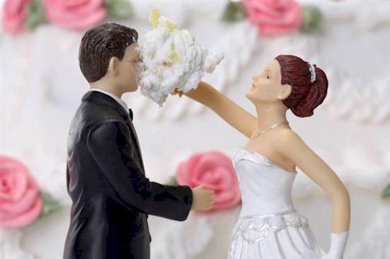 Kalau dalam dunia nyata pasti sang cowok nggak berani beneran merusak dandanan pengantin <a href=
